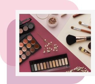imagem de paletas de maquiagem e cremes, produzida para acompanhar conteúdo sobre registro de cosméticos na Anvisa